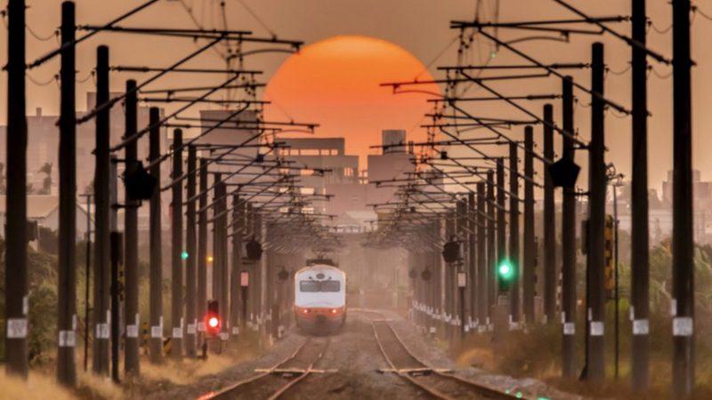 夕陽恰巧落在鐵路中央 雲科大學生追了7個月