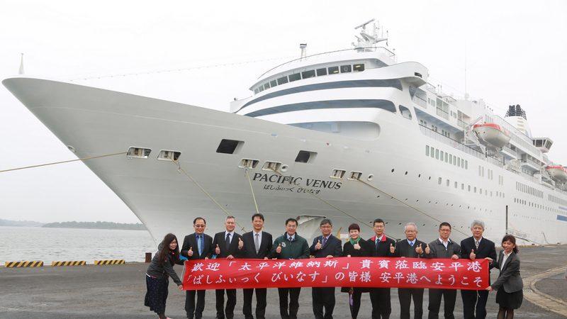 日籍客轮首度泊靠安平港 400旅客台南一日游