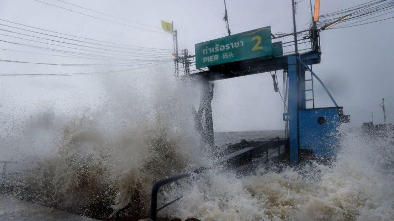 罕见风暴直扑泰国南部 3万人疏散海空交通瘫痪