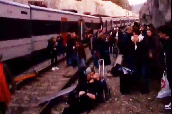 西班牙通勤列车迎头对撞 1死百人伤