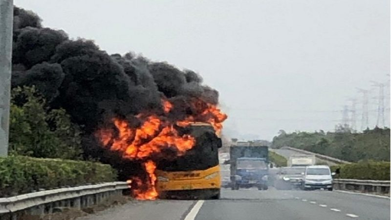 游览车突然冒烟爆炸 40多名港人及时下车逃生