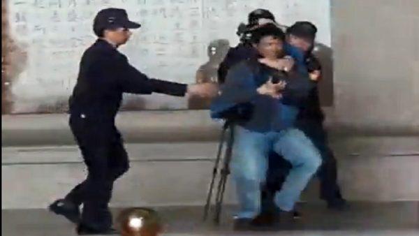 北市男朝蒋介石铜像扔粥 遭警带回(视频)