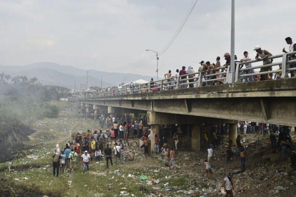 委國邊境混亂 軍民衝突物資卡車遭焚近300人傷