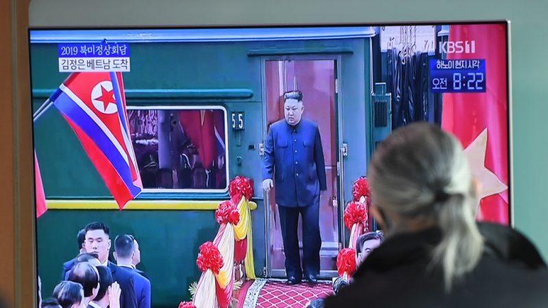 金正恩抵越换车 白宫:27日晚与川普一对一会谈
