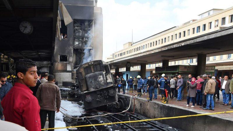 埃及火车撞月台瞬间爆炸 原因:两司机员吵架(视频)