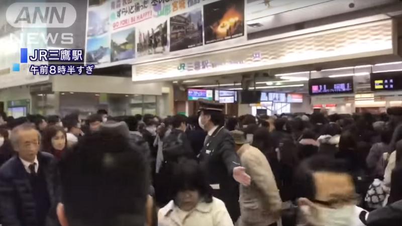 东京电车尖峰时段突停摆 影响28万人