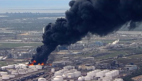 化學工廠大火延燒逾24小時 滾滾黑煙籠罩德州
