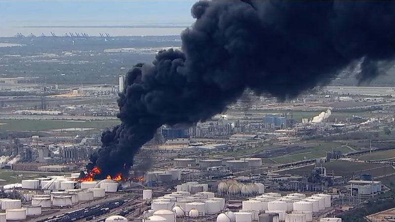 化学工厂大火延烧逾24小时 滚滚黑烟笼罩德州