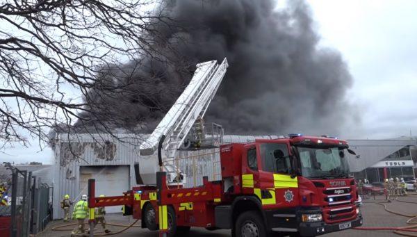 特斯拉英国陈列室惊传大火 浓烟密布无人伤(视频)
