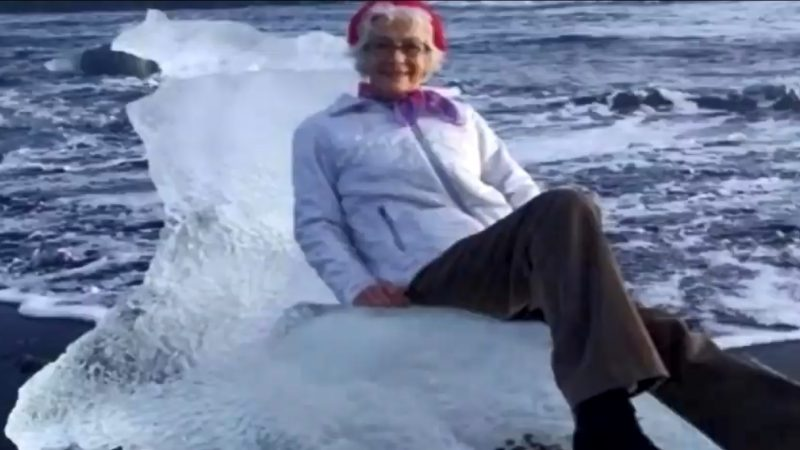 驚險!77歲阿嬤坐冰山拍照 險漂走