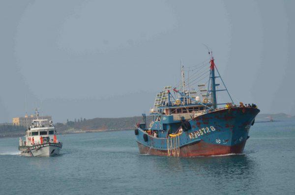 陆船挟带猪肉越界捕鱼  台海巡登船压制