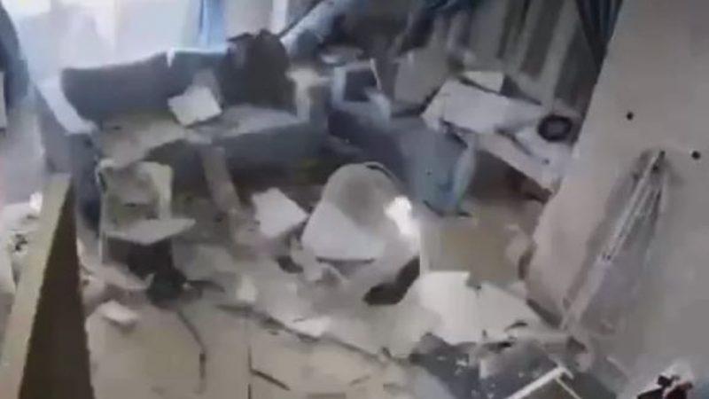 险!保姆察觉异常机警救婴  5秒后天花板垮塌(视频)