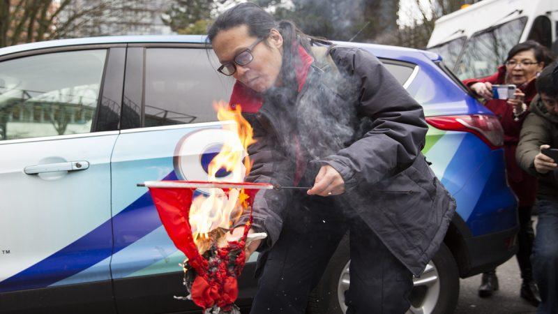 孟晚舟過堂罕見一幕 中共黨旗庭外被燒(視頻)