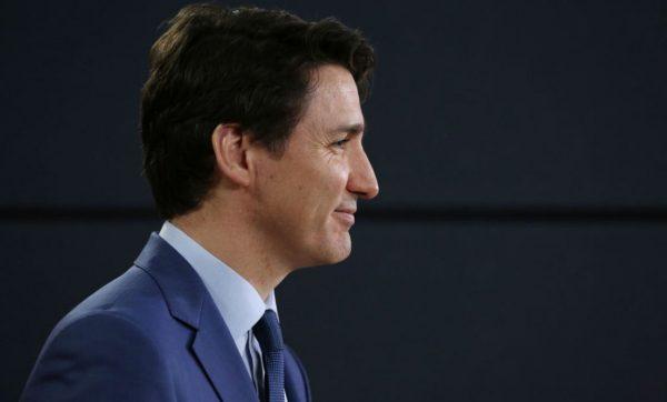 """参加国会会议""""犯规""""  加拿大总理当场道歉(视频)"""
