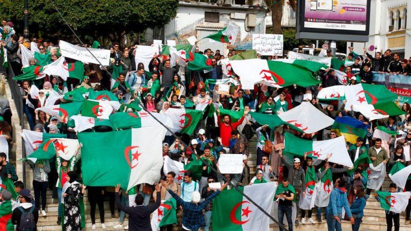要求总统下台 阿尔及利亚军方出手化危机
