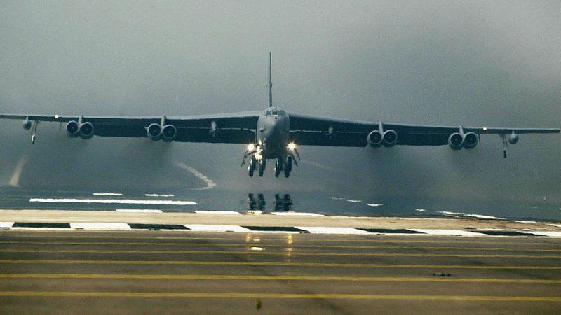 制衡俄罗斯 美5架轰炸机飞至挪威海演练