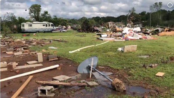 雷暴伴随龙卷风肆虐德州 2童亡7人伤(视频)