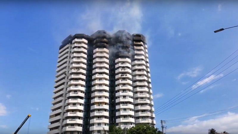 马尼拉21层大厦起火 出动上百辆消防车灭火