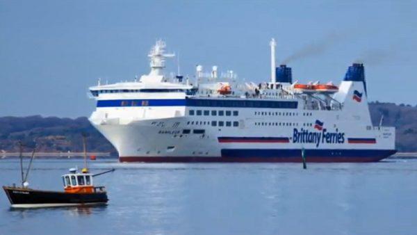 载逾900人邮轮起火 法海军出动直升机营救