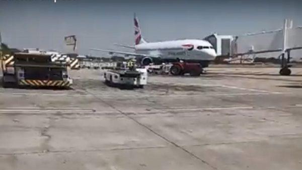 地面拍到飞机空中起火 津国客机安全降落首都