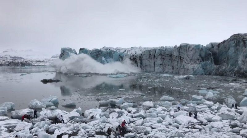冰岛冰山突崩塌 掀巨浪游客惊逃