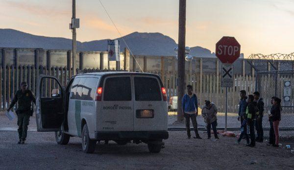 不堪移民壓力 美一邊境縣宣布緊急狀態