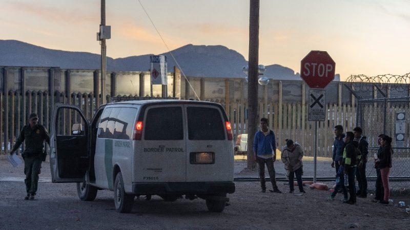 不堪移民压力 美一边境县宣布紧急状态