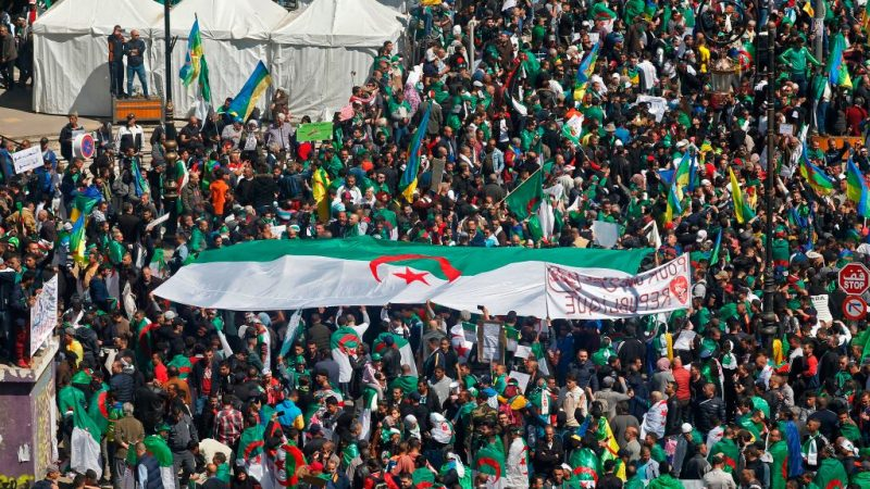 恋栈权力激怒人民 阿尔及利亚总统宣布提早离任