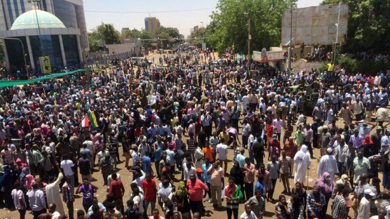 面包价涨成全国性抗争 苏丹抗议现场传激烈枪声