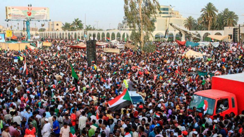 涉洗钱 苏丹前总统住处搜出巨量外币