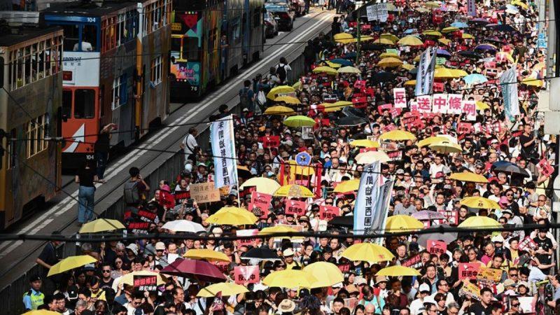 """香港十三万人抗议 """"送中条例""""是在为一国两制""""送终"""" 台湾民众需惊醒"""