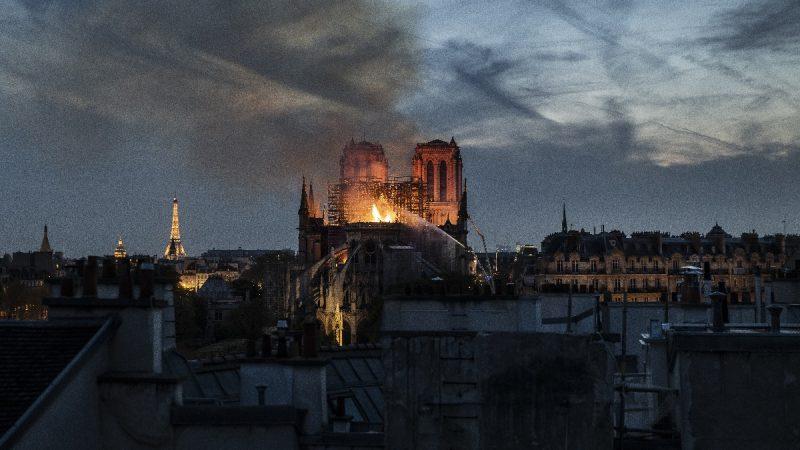 巴黎聖母院發生重大火災 塔尖坍塌主結構尚存