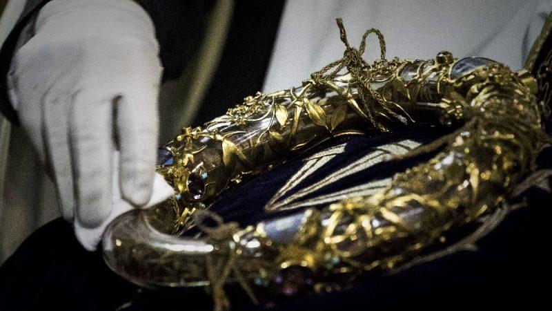 英雄神父跟大火搶文物 巴黎聖母院荊棘冠倖存