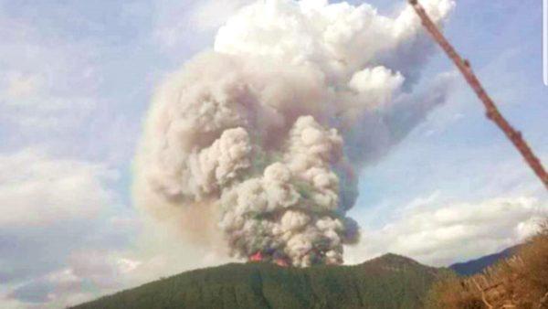 四川森林大火惊险一幕:7名消防员跳崖逃生