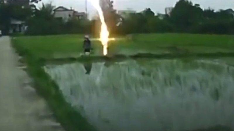 江西農民插秧時被雷擊 恐怖瞬間被拍下(視頻)