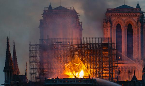 巴黎圣母院大火 烈焰中惊现耶稣身影?(组图)