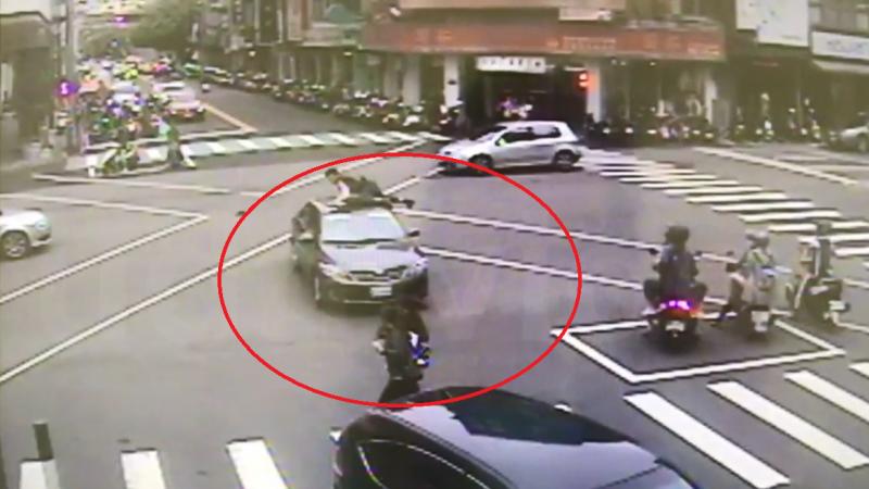 等红灯突往前冲 台中男子撞11车4人伤(视频)
