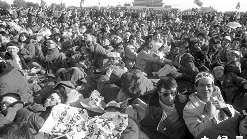 组图:千张六四新照面世 学生绝食抗议 (5)