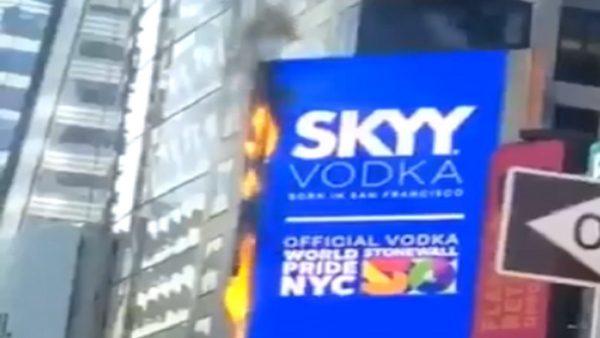 纽约时报广场广告看板起火 已扑灭未传伤亡