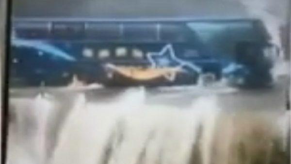 南投山洪爆發溪水倒灌 遊覽車冒險行駛