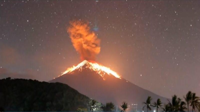 印尼阿贡火山再喷发 岛上火山灰弥漫