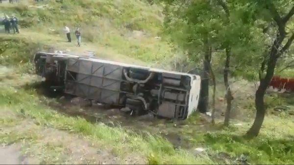 俄罗斯载48名中国游客巴士翻车 至少2死19伤