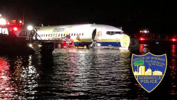 美军用包机降落冲出跑道坠河 机上逾百人均安