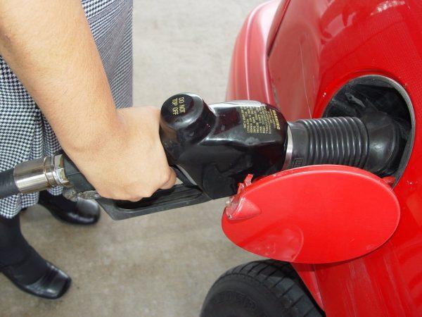 卑诗省油价猛涨 民众排队赴美加油