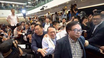 香港引渡恶法引冲突 泛民议员报警