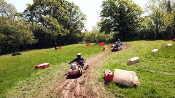 英国割草机锦标赛 草地上的F4赛车