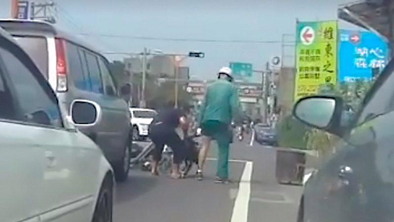 比特犬跳下车狠咬邮差 饲主被罚3万元(视频)