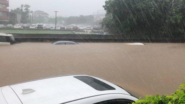 雨炸新竹!大雷雨護城河變汪洋一片