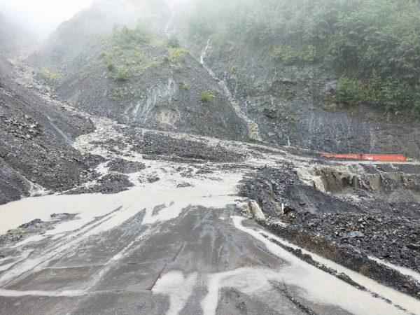 南投山区强降雨 落石淹水阻交通