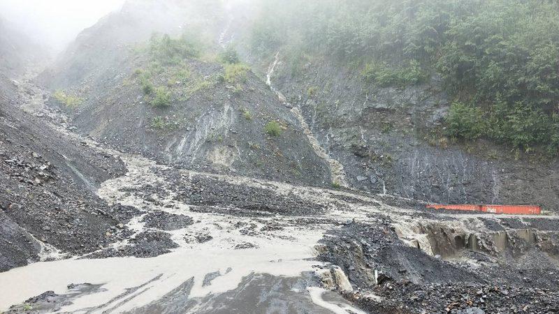南投山區強降雨 落石淹水阻交通